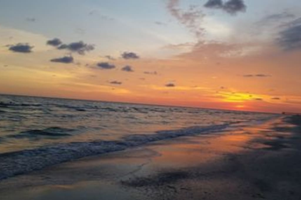 Madeira Beach, less than 100 steps to amazing sunsets and peace