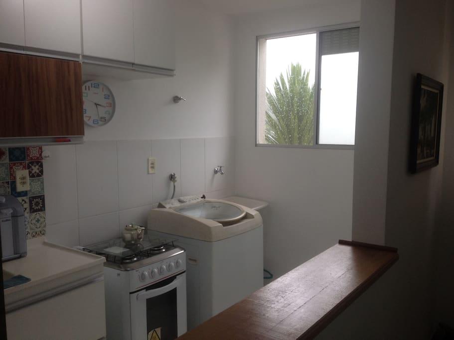 vista diagonal da cozinha integrada à lavanderia