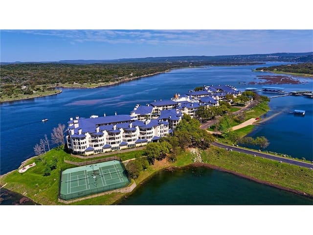 Relaxing Condo Retreat, Island of Lake Travis Tx.