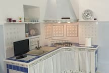 Cucina in muratura, attrezzata. Disponibile per la stanza piu grande.