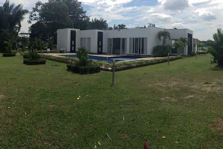 Agradable casa en condominio - Restrepo