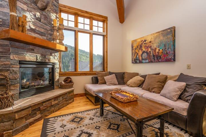 Big Sky condo w/private hot tub, fireplace & 360 degree views