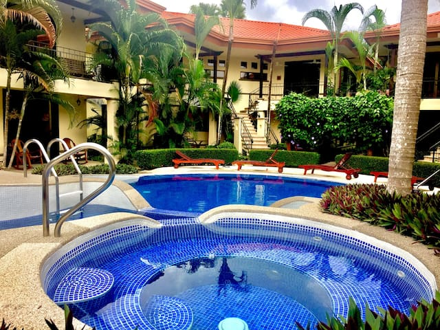 Lush, Tropical, Best Value condo w Pools & Jacuzzi