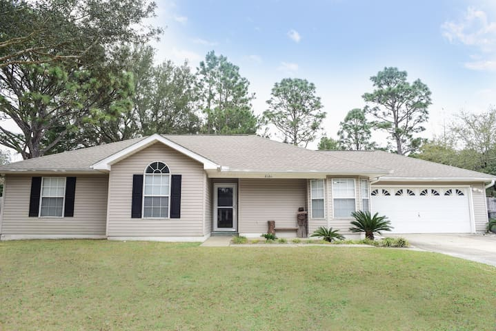 Walk to the beach! Pet-Friendly House in Navarre!