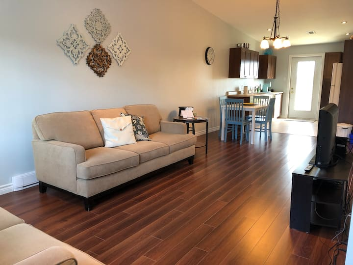 THE BRIGHT SPOT Central 2BR duplex, 1 level