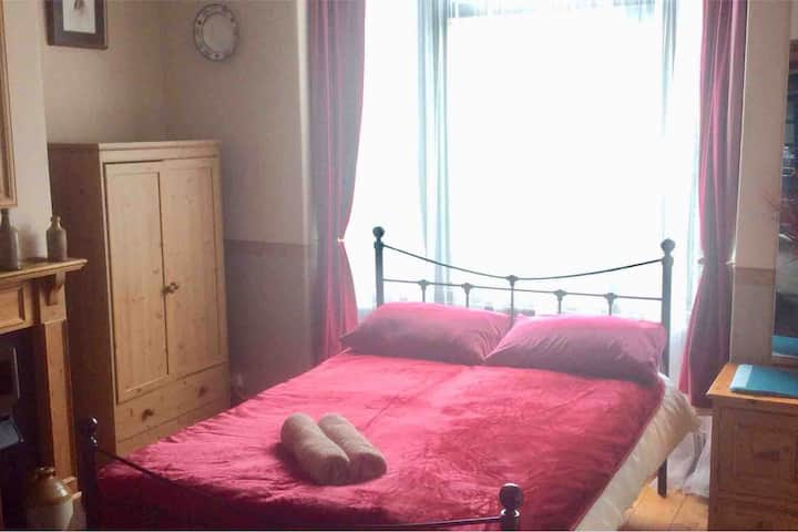 Cosy Room nr. Town Centre & Station. Wifi, Parking