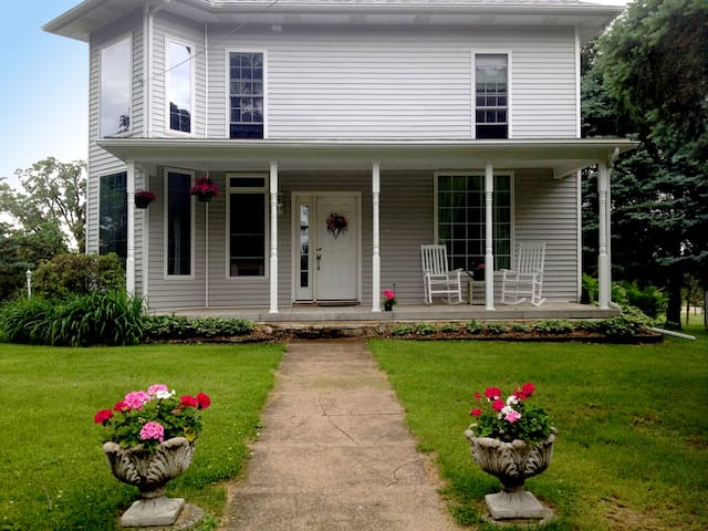 The Neighborhood Farmhouse ★ 3 Bedrooms ★ 2  Baths