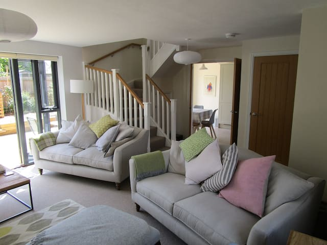 Delightful modern mews cottage, Snape 2 miles