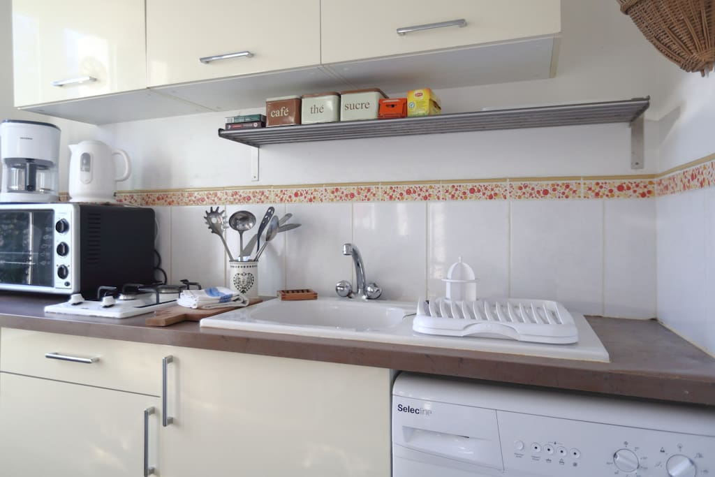 fully iquipped kitchen, with oven and microwave
