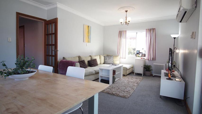 Bright double bed room in Bondi Beach.