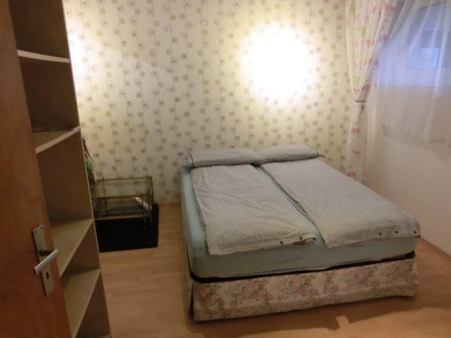 ein g stezimmer einsel doppelbett wohnungen zur miete in k ln nordrhein westfalen deutschland. Black Bedroom Furniture Sets. Home Design Ideas