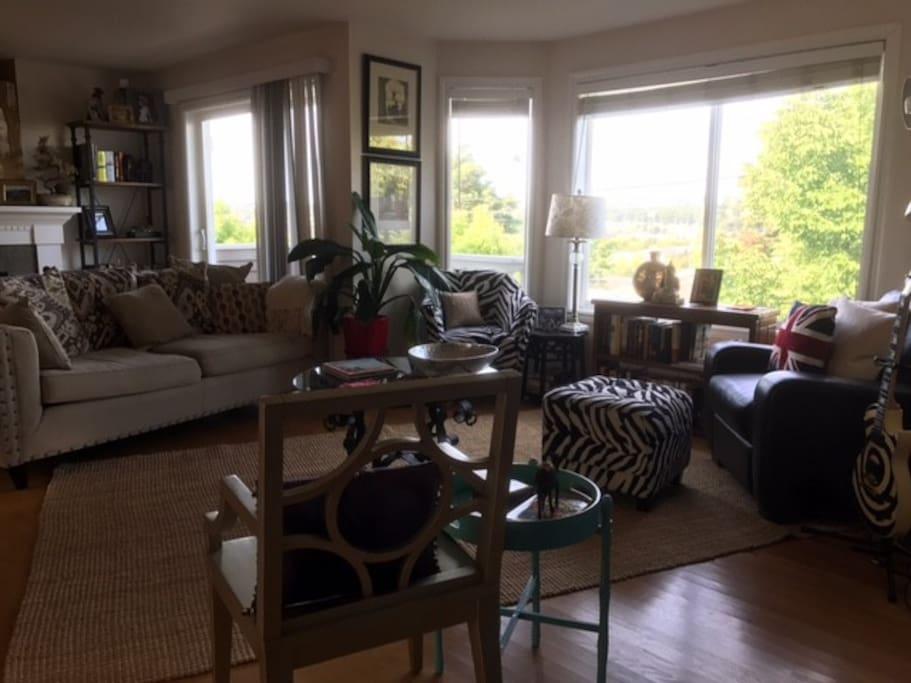 Comfortable & sunny living room