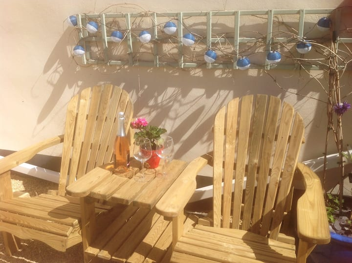 Cosy Sidmouth cottage, sunny garden, parking.