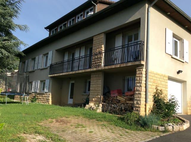 Appartement de 100 m2 au RDC sur 1600 m2 clôturer