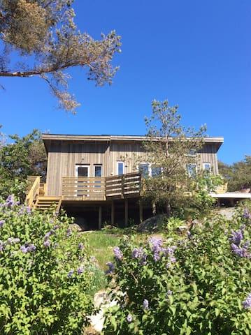 Litet hus med ljuvlig havsutsikt