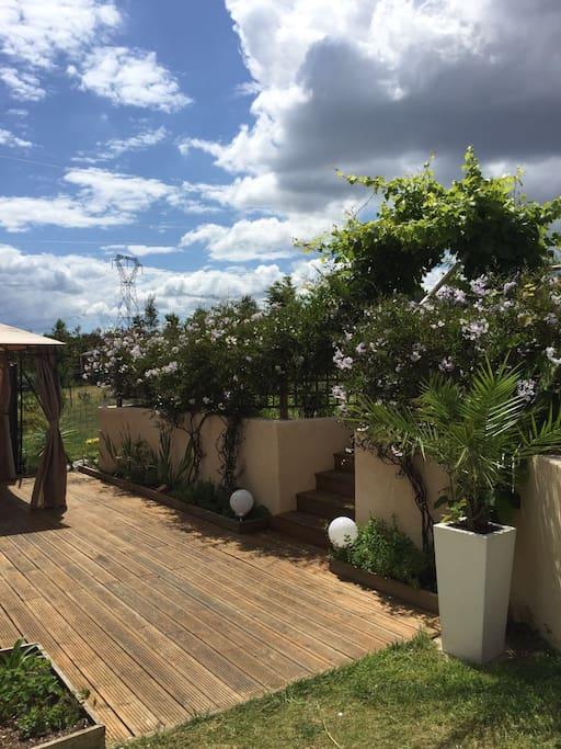 Jardin avec balançoires et toboggan  avec jaccouzi ( sur demande)