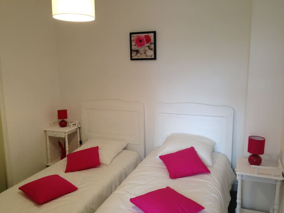 Chambre avec 2 lits jumeaux, placard et accès à une petite terrasse