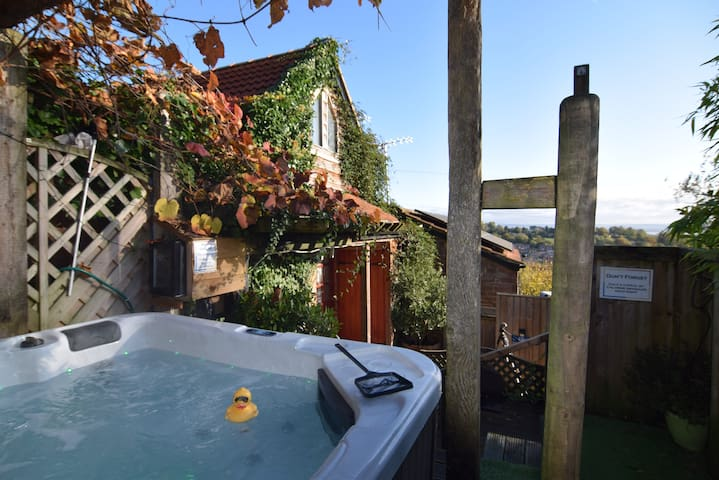 Secluded Orchard Cottage, Hot Tub with river views