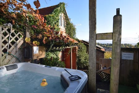 Hillside Orchard Cottage, Hot Tub with river views