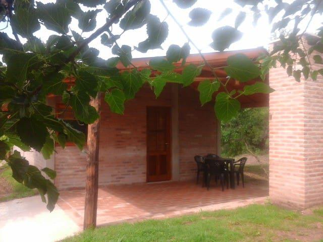 Cabaña La Escondida, con pileta y bajada al rìo.