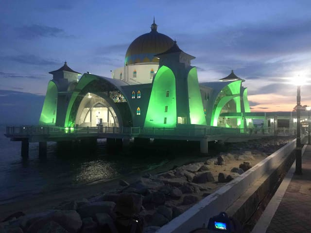 Don't miss out on Masjid Selat Melaka (Melaka Straits Mosque) (海上回教堂) if you are visiting Melaka! Stunning sunset view. A must visit!