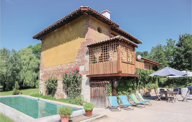Holiday cottage with 5 bedrooms on 200m² in St. Paul de Varax