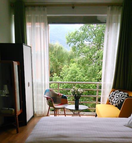 这间豪华双床房,小阳台对着花园,呆在沙发上读书,呆一下午吧