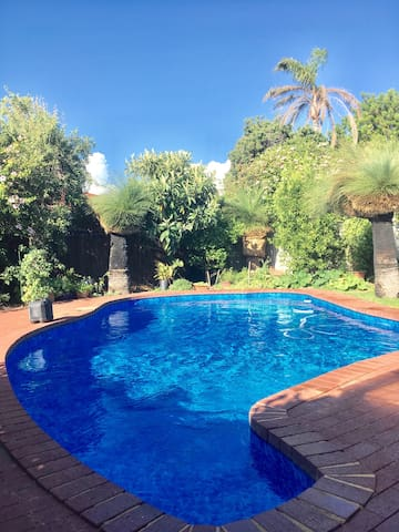 Tranquil home with gardens & pool - Karrinyup - บ้าน