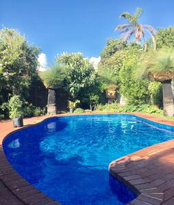 Tranquil home with gardens & pool - Karrinyup - Hus