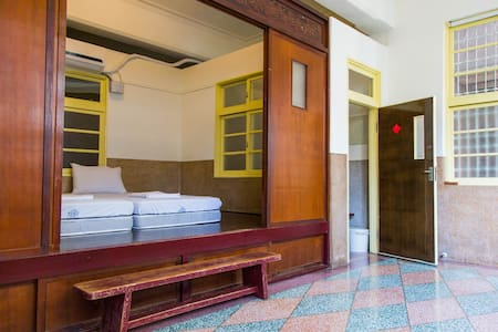 Taiwan Cypress Private room with 60 years' history - Yancheng District - Bed & Breakfast