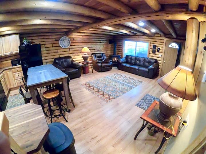 Busy Beaver Cabin+4 Bdrms+WiFi+Hot Tub+Close 2 YNP
