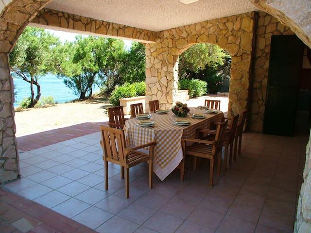 Villa fronte mare con vista e accesso al mare