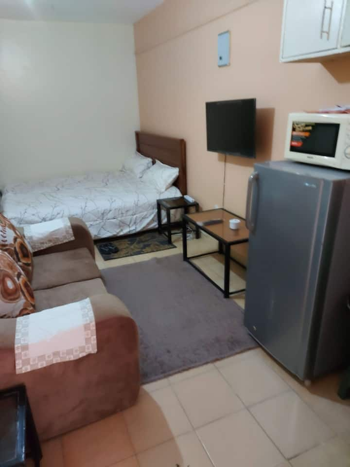 Cosy  Studio with Hot shower,WiFi, parking