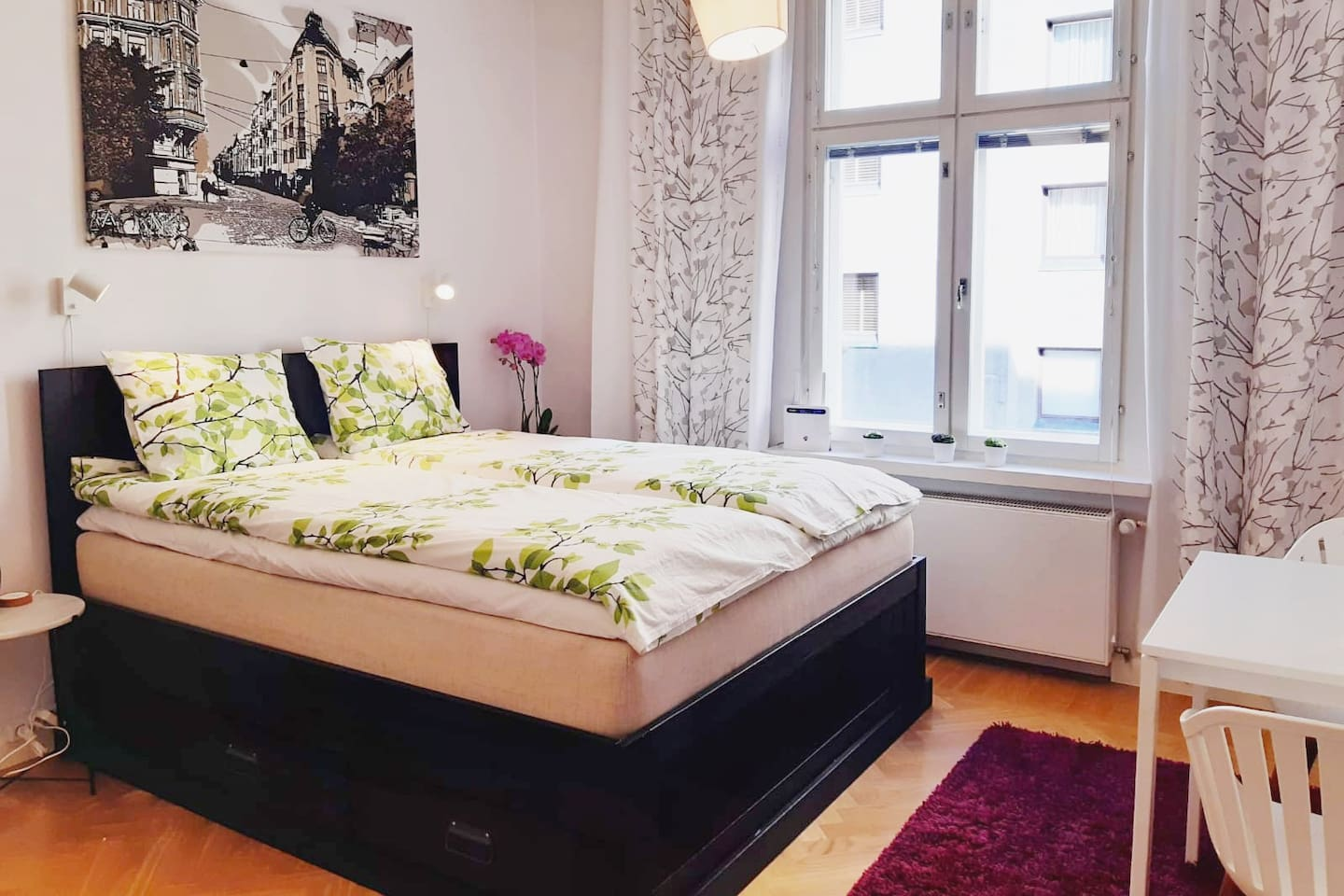 27 m2 studio apartment with very comfortable 160 x 200 cm bed. New windows are soundproofed and heat insulated. In the middle of city centre.