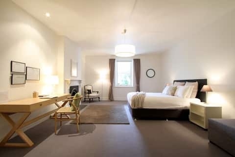 Nicky was so accommodating and had thought of everything. We could not have been happier with our stay and would highly recommend Altamont house, which is also within easy walking distance of the city. Thank you so very much, we had a great time!!