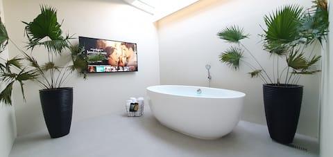 New Guesthouse w/ Cinema, Bathtub and Patio.