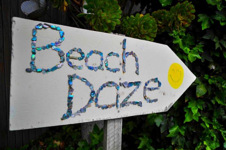 Te Awanga Beach Daze - (no cleaning fee)