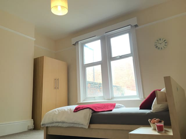 Large Double Room Near Town Centre in Sunderland - Sunderland - Haus