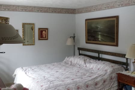 Master Bedroom with King-sized Bed & Private Baths - Nashua - Casa adossada