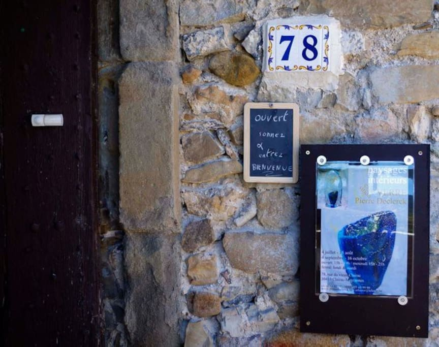 Langs de voordeur van ons huis kom je onmiddellijk in de expo 'Verre et mots' (glas en keramiek).