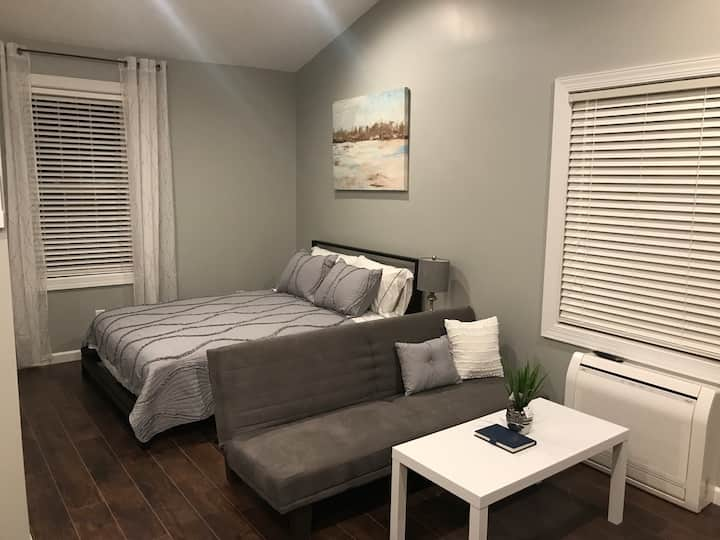 Unit B - modern STUDIO sleeps 3