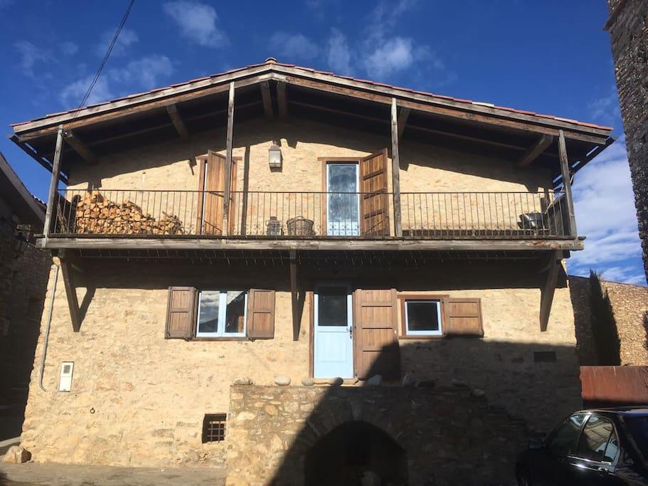 La fachada de la casa, al sol.