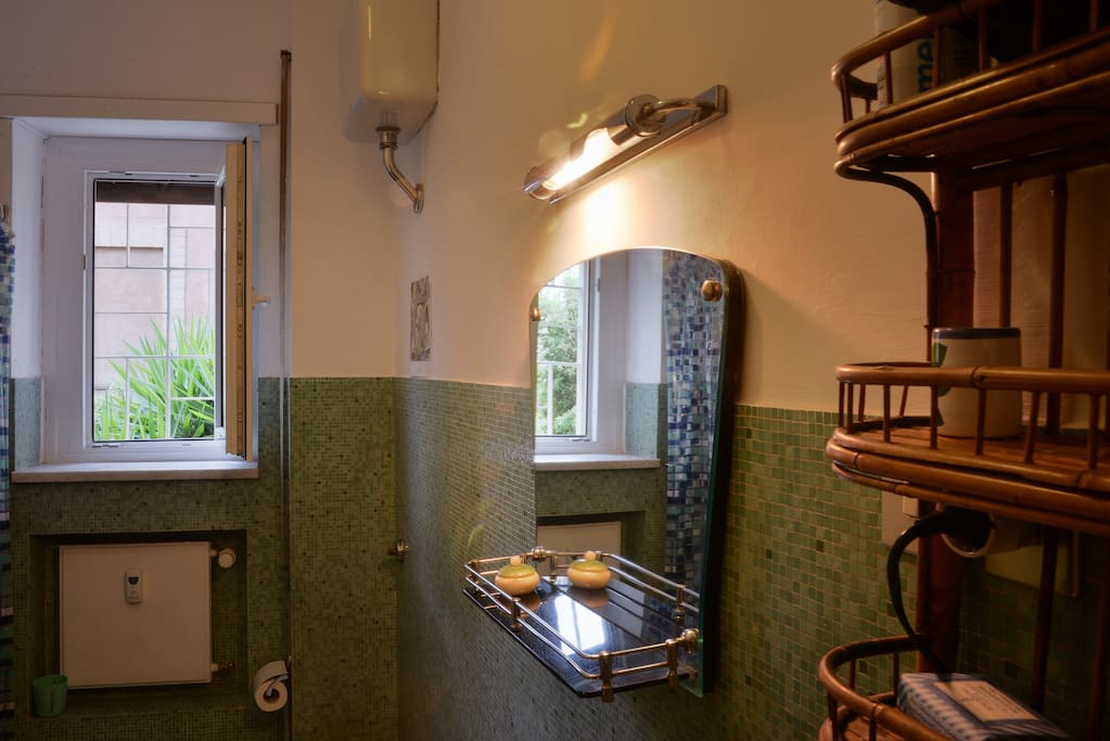 I love this bathroom...it has small tiles like a mosaic which it is difficult to find nowadays ..