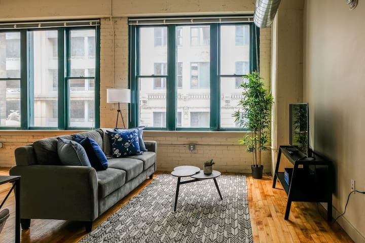 Cozy 2BR Apt Centrally Located, Walk Anywhere