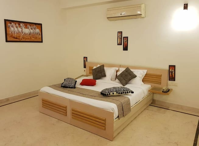 Luxury Apartment (Grand Vasant) near IGI Airport