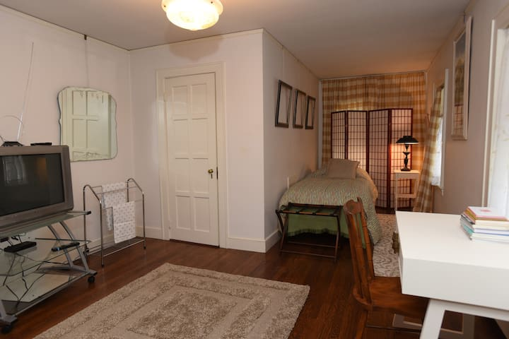 Private room  twin w shared bath - Needham - Ház