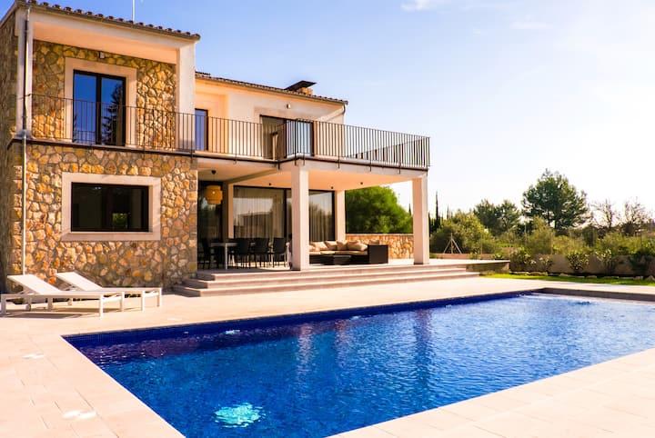 Bright new villa for 8_Pool,Garden,BBQ and Wifi