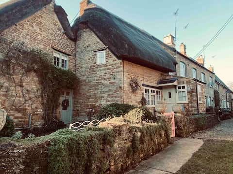 Charming Chocolate box Thatched Cottage