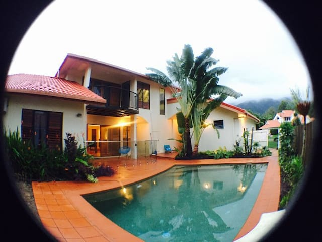 Bright and Spacious Paradise Palms One
