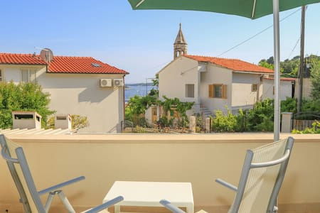 City center apartment with garden and sea view - Hvar - Wohnung